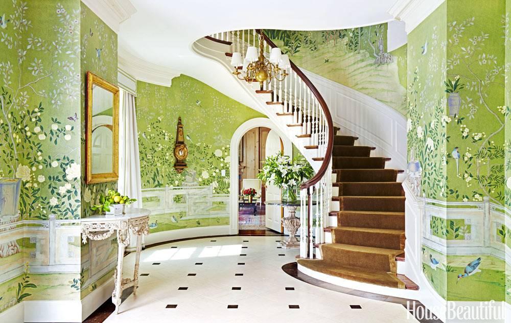 изогнутая белая лестница в красивом холле фото