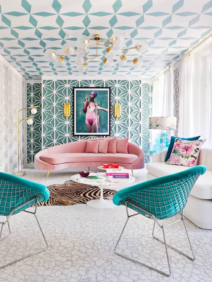 бирюзовые и мятные оттенки в красивой гостиной комнате