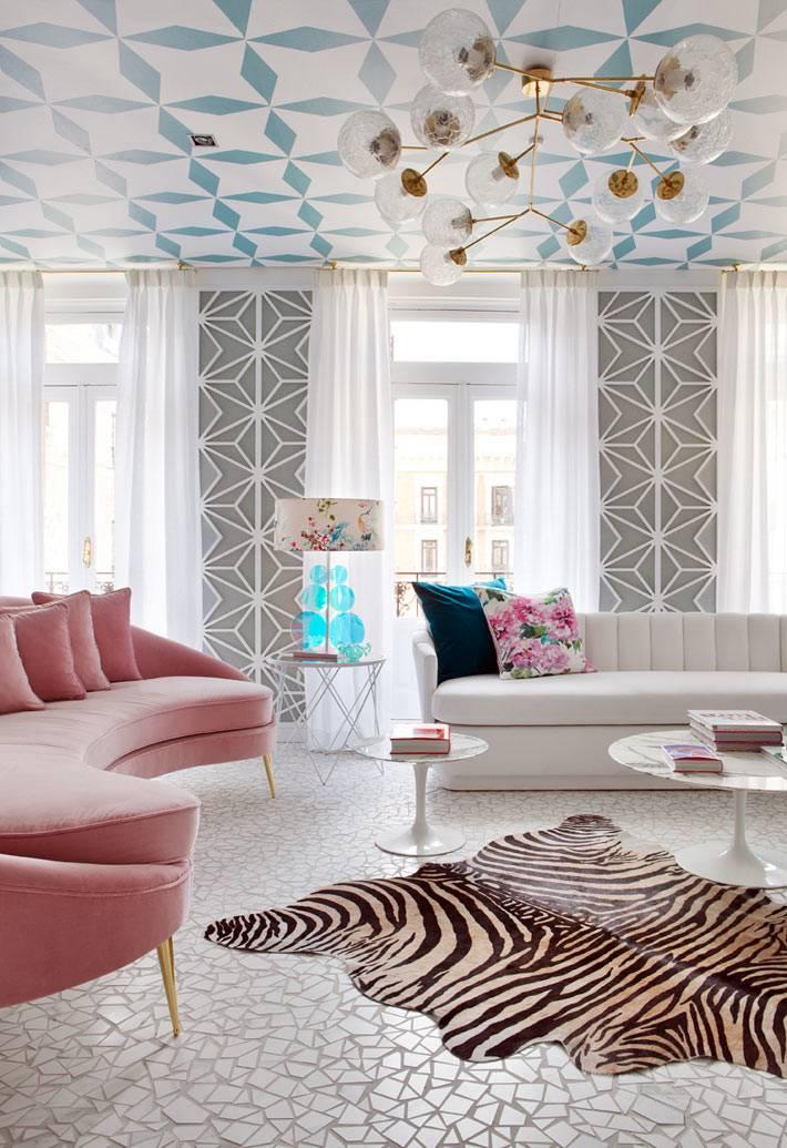 геометрические узоры на потолке украсили гостиную