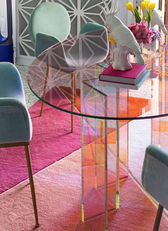 яркие детали на ковре и мягкой мебели в офрмлении комнаты для гостей