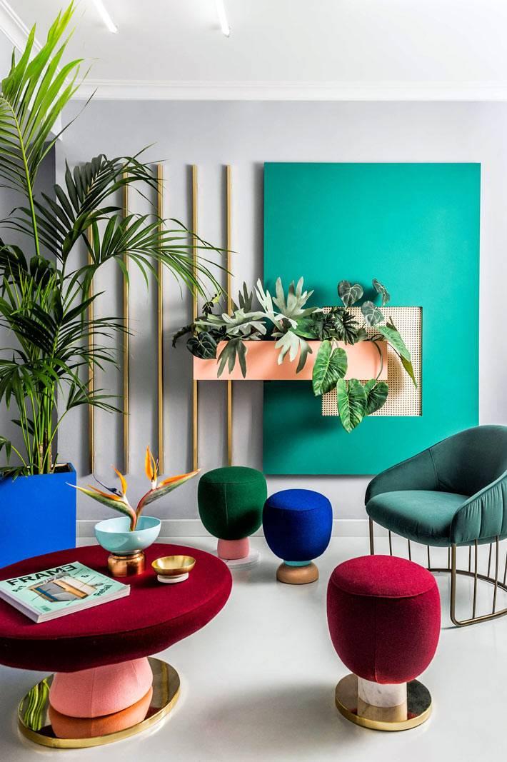 разноцветные пуфики и кресла для креативного офиса