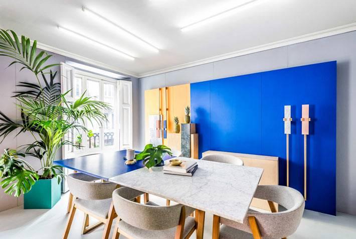 дизайн конференц-зала с синими и жёлтыми шкафами