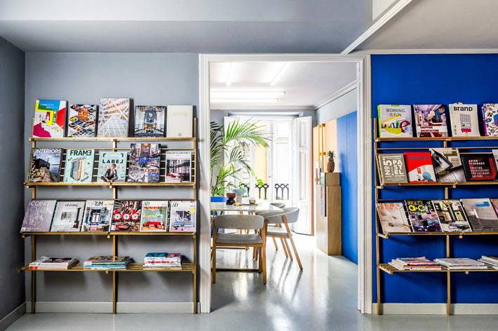 отрытые стеллажи для хранения книг по дизайну фото