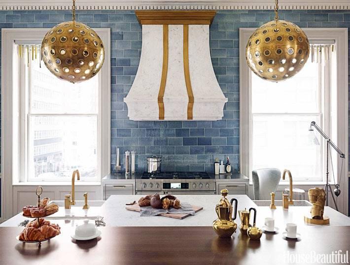 латунные шары люстры над рабочей зоной на кухне фото