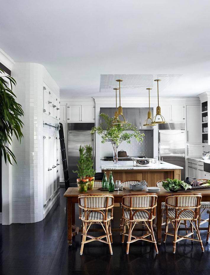 стулья из ротанга на большой кухне с белой мебелью