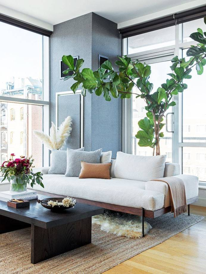 квартира с панорамными окнами и белым диваном фото