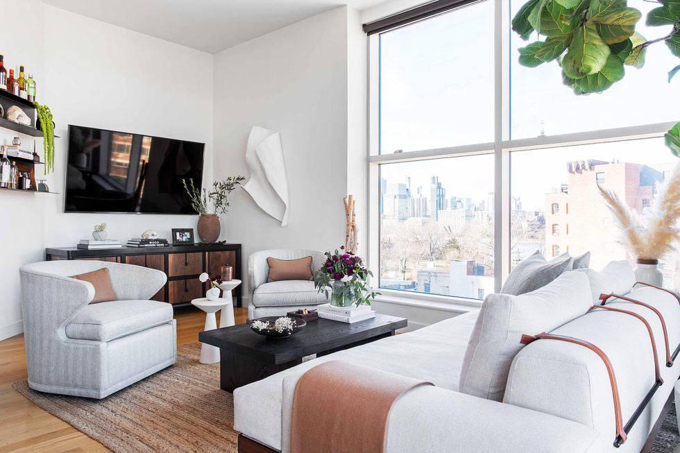 уютная гостиная в стиле минимализм с большим окном