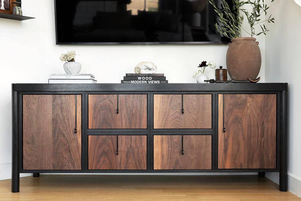 напольный шкаф под телевизором из дерева и кожи