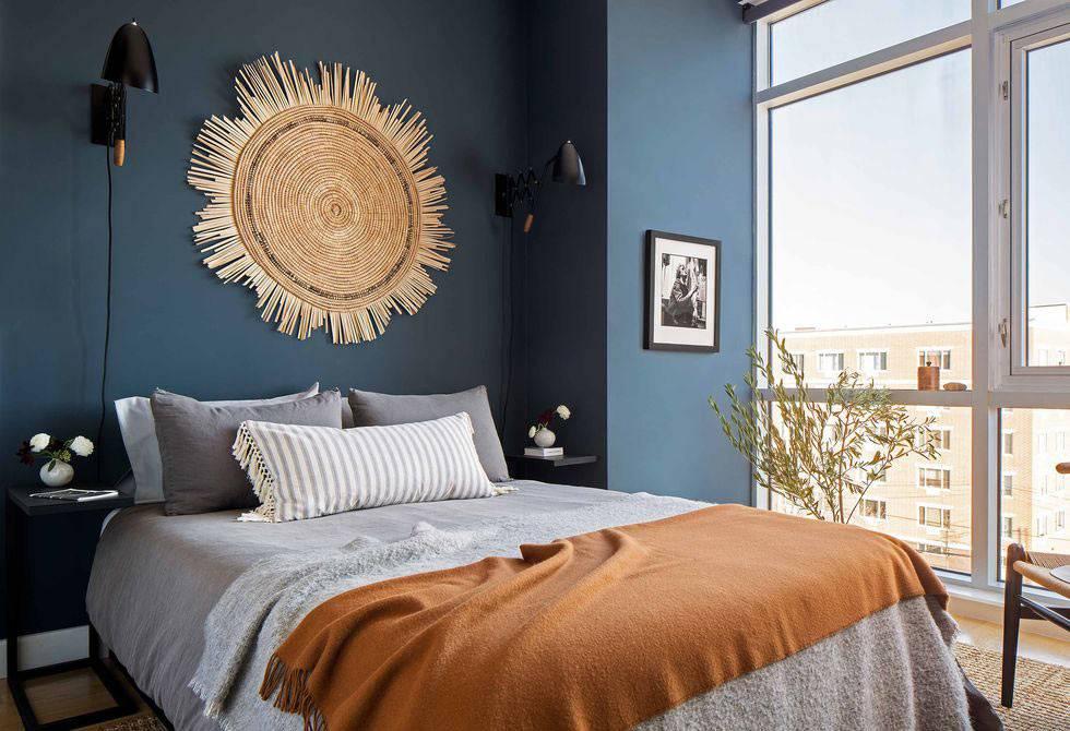 синяя акцентная стена в спальне за изголовьем кровати