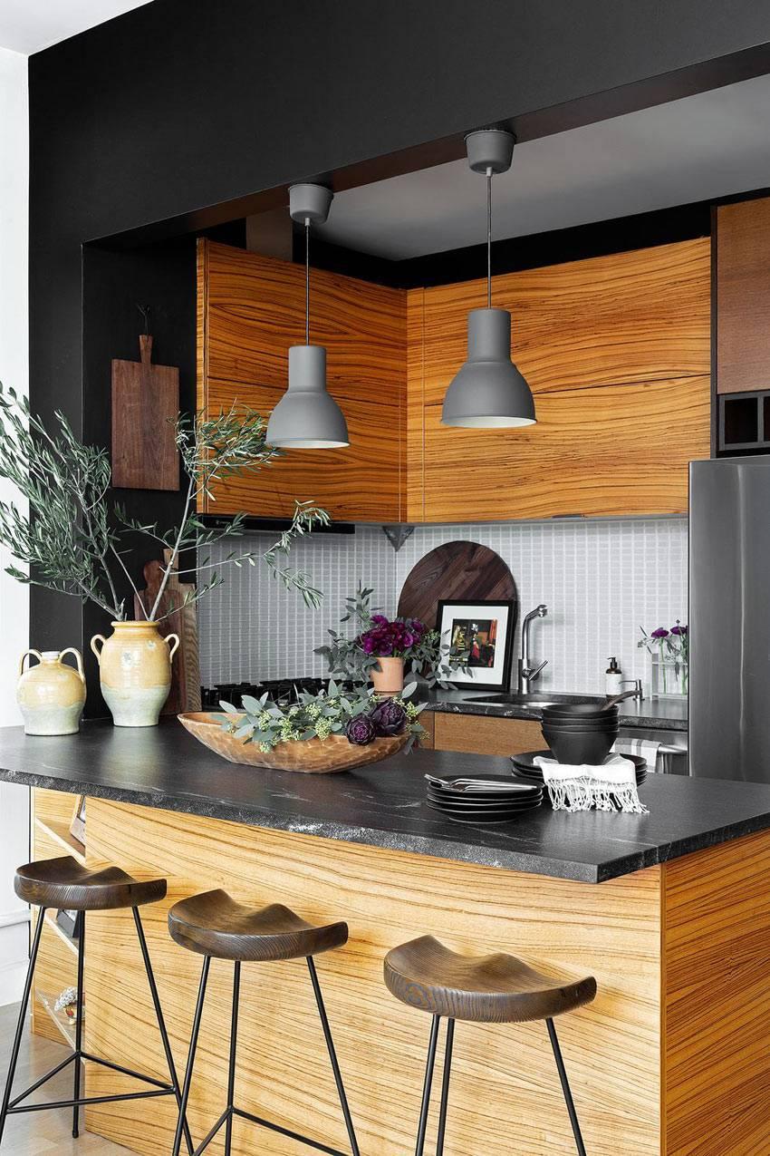 серые лампы на подвесах над кухонной барной стойкой