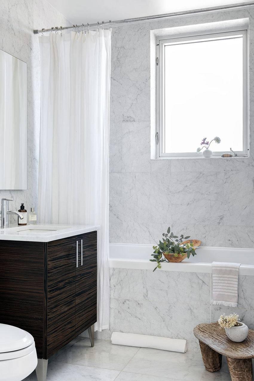 мраморный рисунок на плитке в ванной комнате