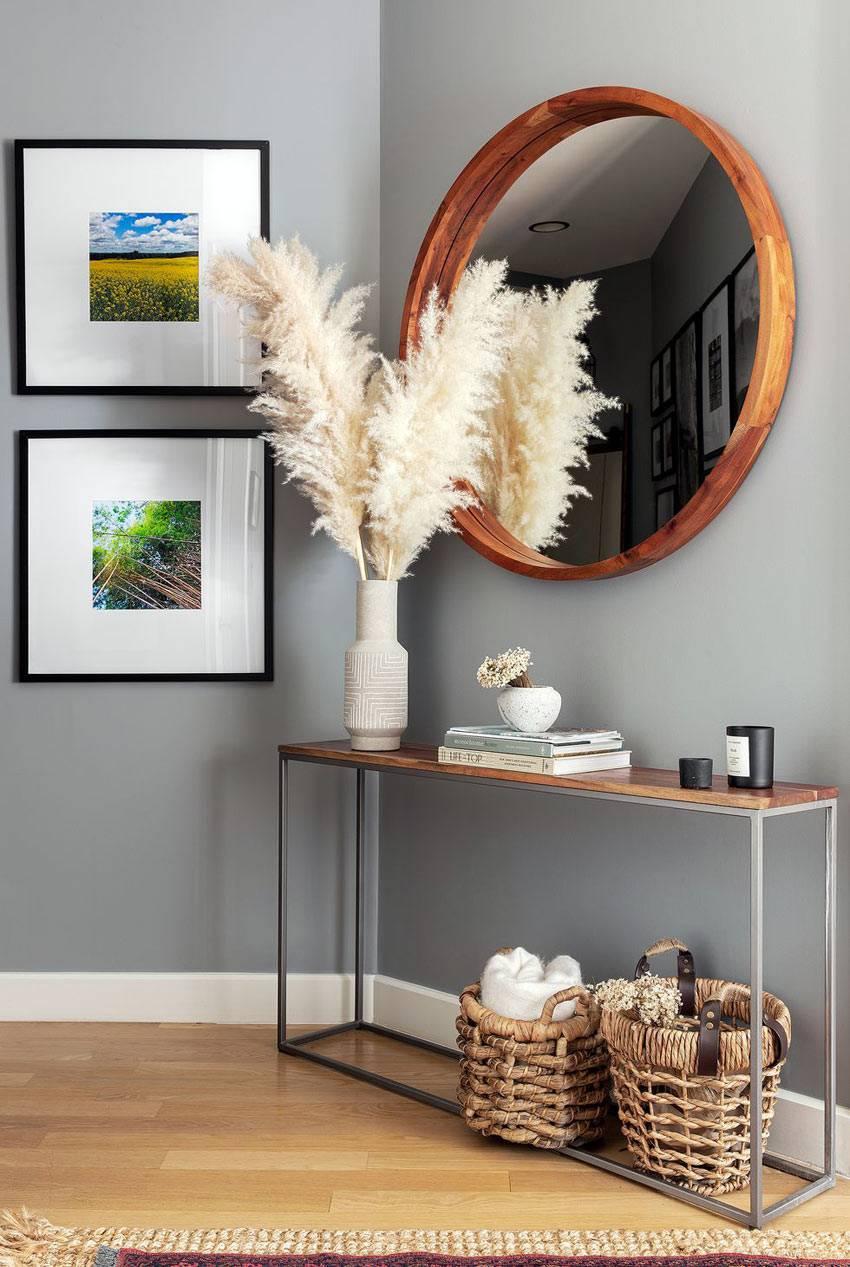 консоль и плетеные корзины - минимализм в прихожей