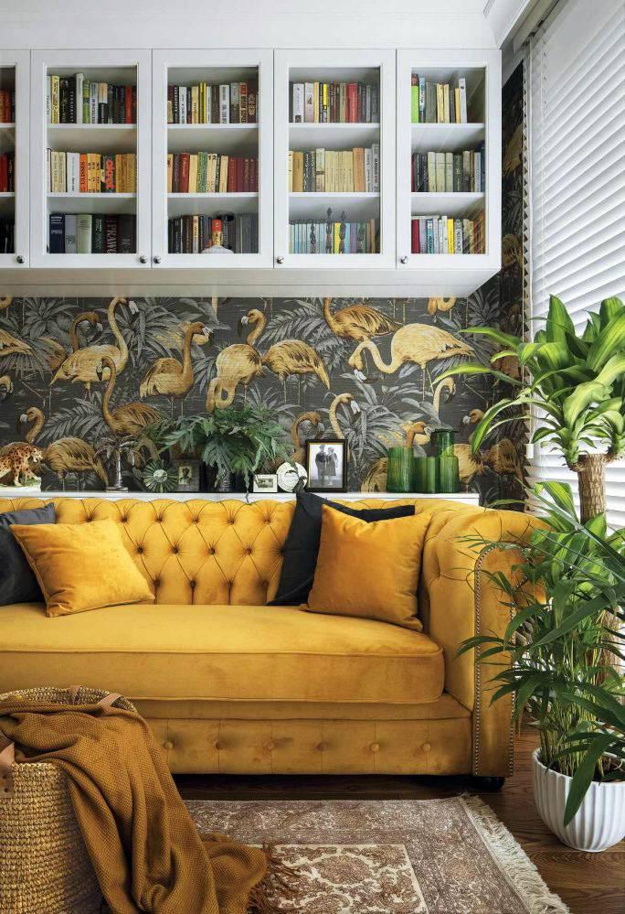 жёлтый диван и белые подвесные антресоли для книг