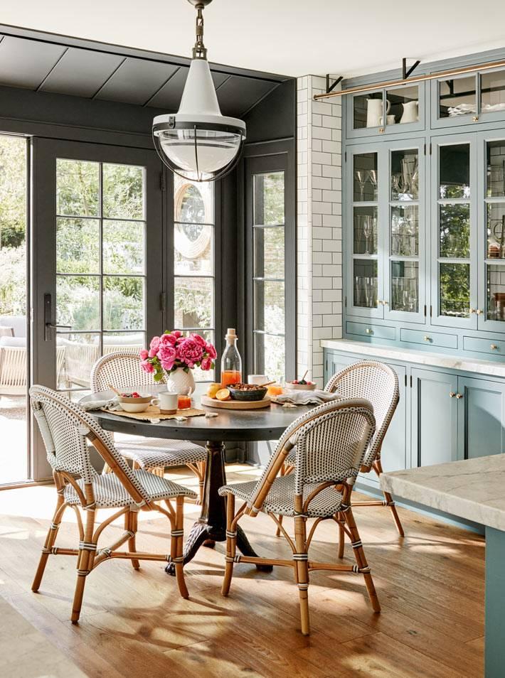 круглый стол для завтрака с плетёными стульями
