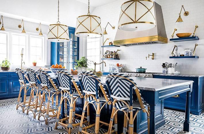 сине-белые ротанговый барные стулья фото