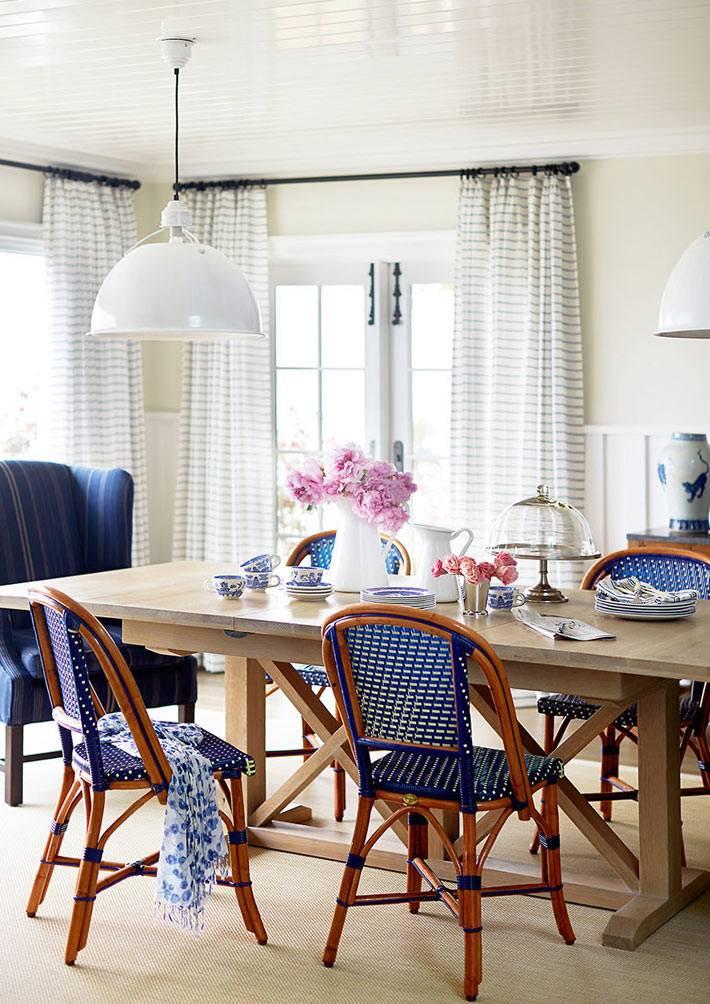 синий цвет стулев из ротанга или лозы для кухни