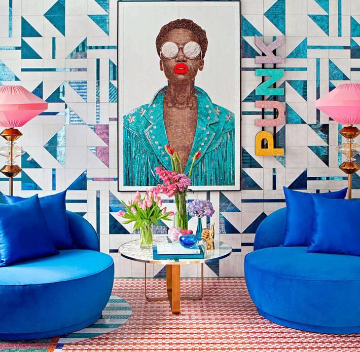 яркий дизайн комнаты в стиле панк с синими креслами