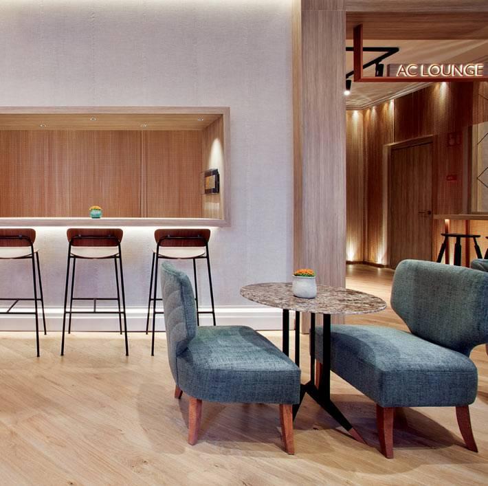 интерьер кафе на дому - круглый столик возле барной стойки