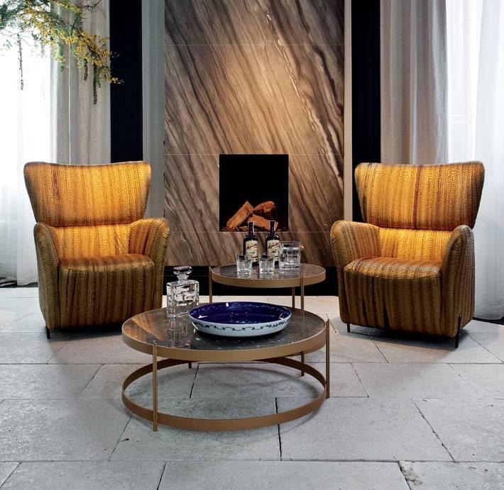 элегатные кресла для отдыха возле камина фото