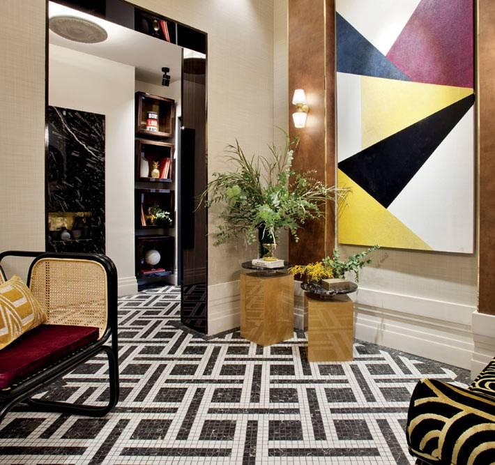 квадратные столы-тумбочки в прихожей для декора
