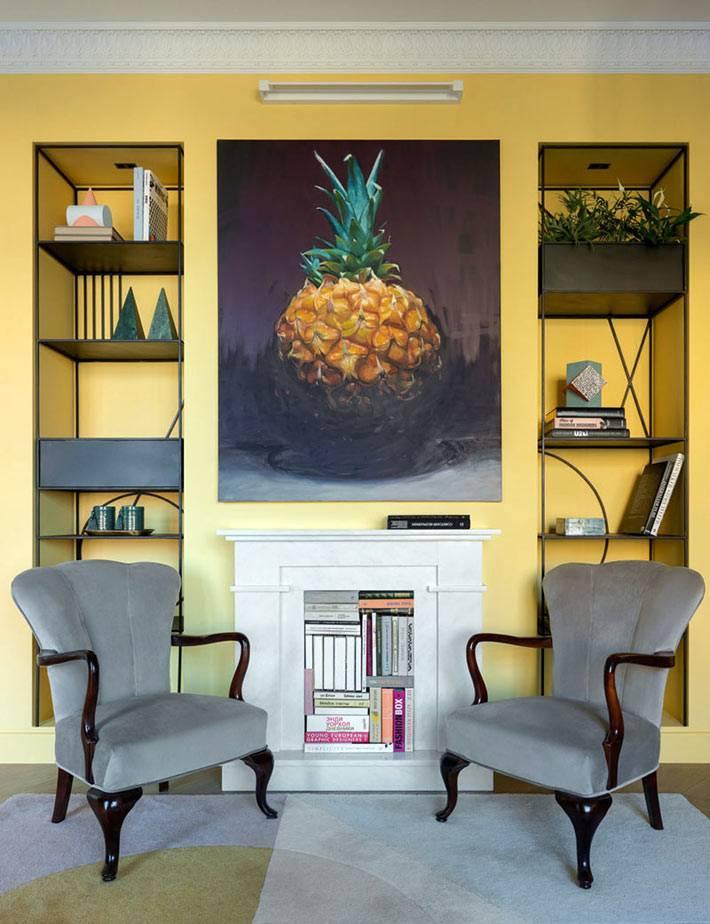 картина с ананасом идеально подошла под жёлтый цвет стен
