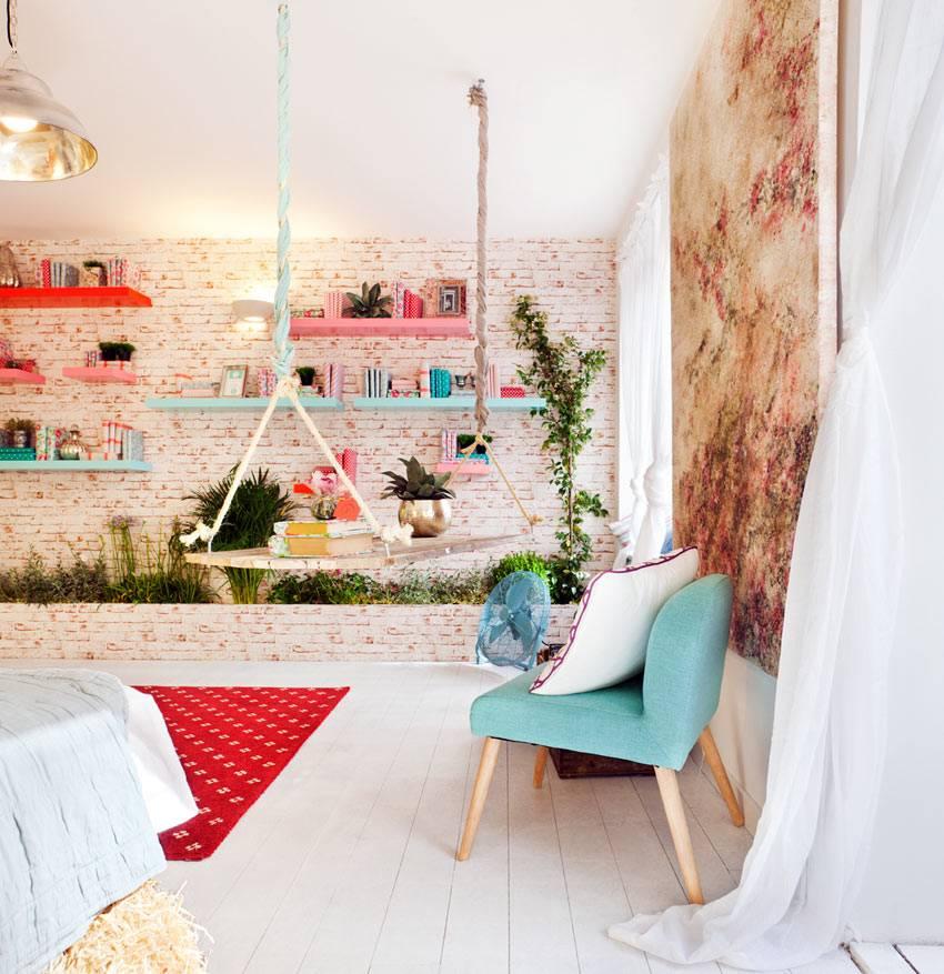 выбеленая кирпичная стена с яркими полками в современной спальне