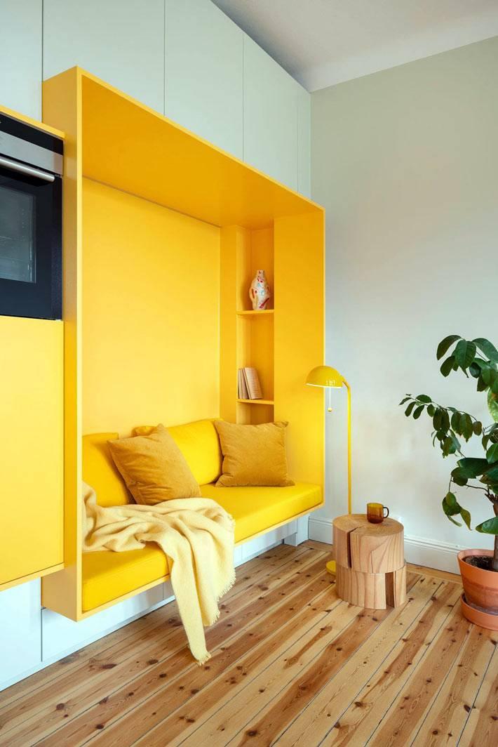 белый шкаф со встроенной жёлтой нишей в гостиной комнате