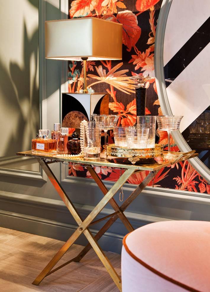 мини-бар на золотистом столике в женской спальне