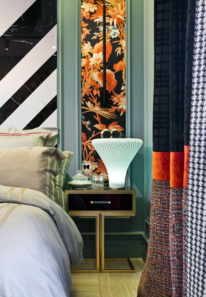 футуристическая настольная лампа на прикроватном столике возле дивана