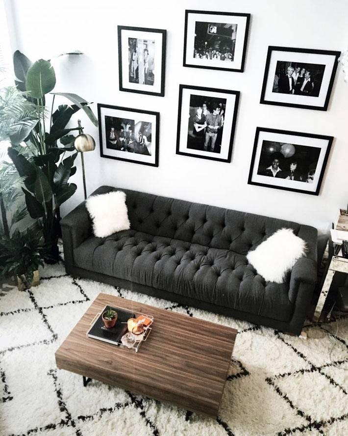 черно-белый декор гостиной комнаты с белым пушистым диваном