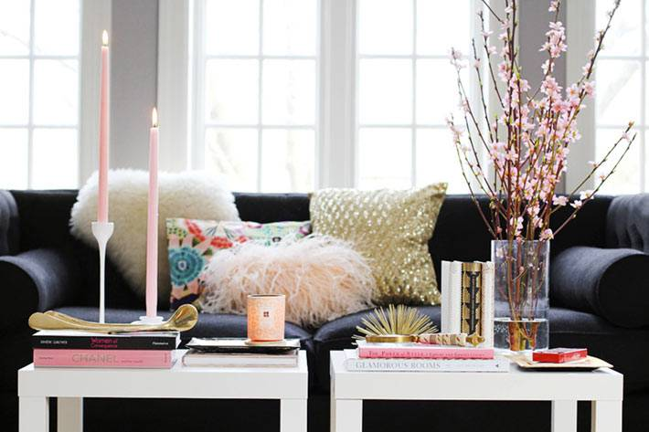 разноцветные диванные подушки и белые столики из ИКЕА в гостиной