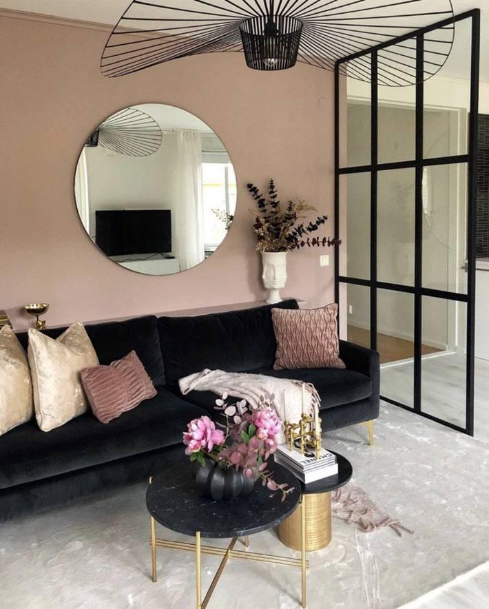 черная мебель и стеклянная перегородка для декорации гостиной