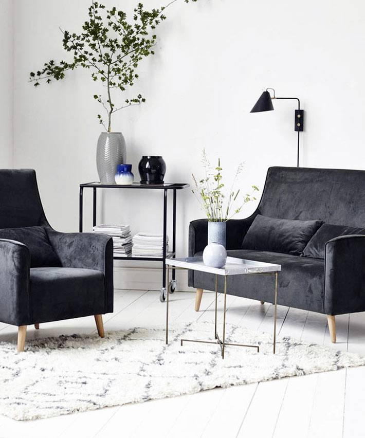 изысканный бархатный черный диван на ножках