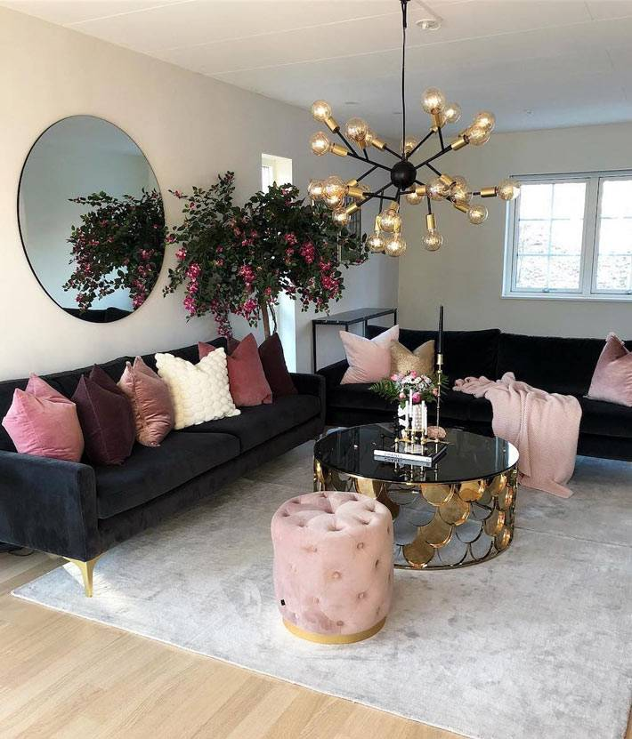 сочетание черного и пыльно-розового цвета в оформлении гостиной