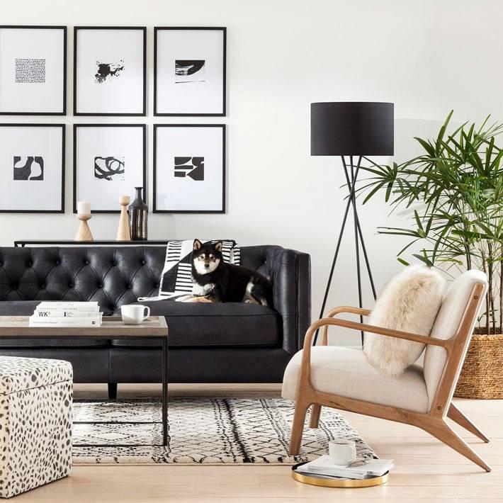 кожаный диван черного цвета в комнате в ретро-стиле
