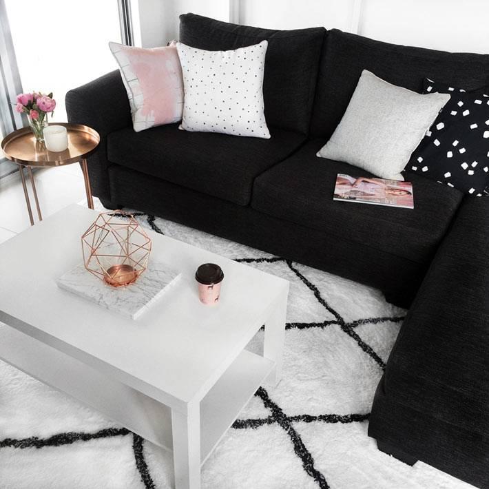 черный угловой диван из велюра или бархата на белом пушистом ковре