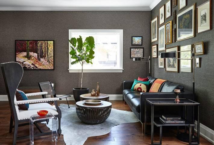 темные оттенки стен и черная мегкая мебель для релакса в комнате