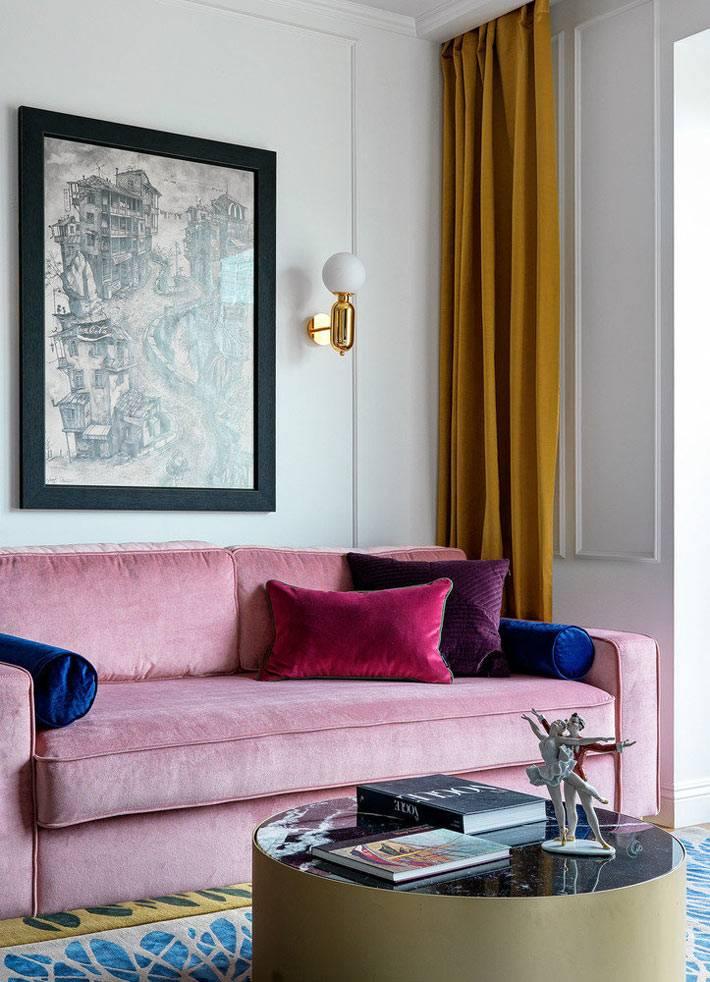 розовый бархатный диван, красная и фиолетовая диванная подушка