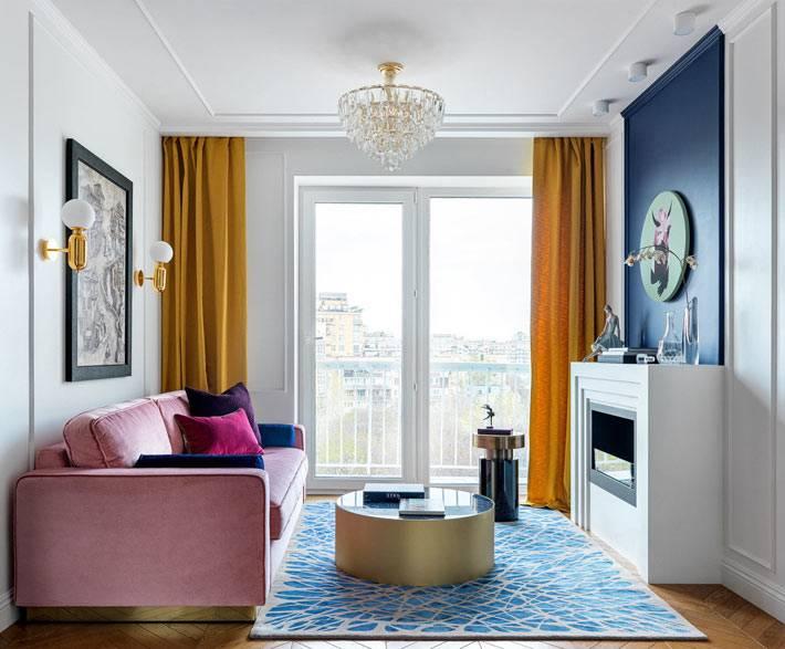 синий ковер, желтые шторы, хрустальная люстра фото