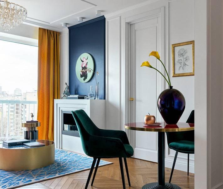 стол для обедов с зелеными креслами в гостиной комнате