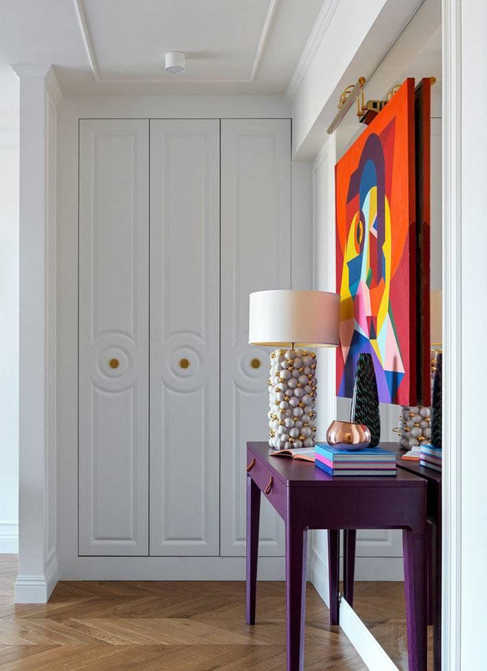 встроенные белые шкафы в прихожей маленькой квартиры