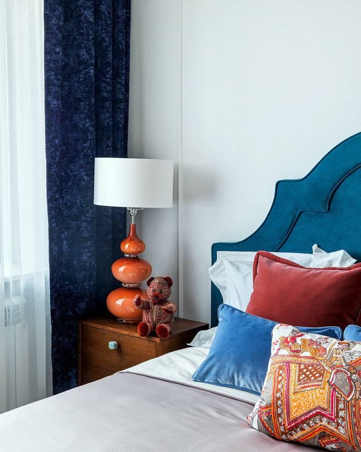бархатные синие шторы в маленьком интерьере спальни