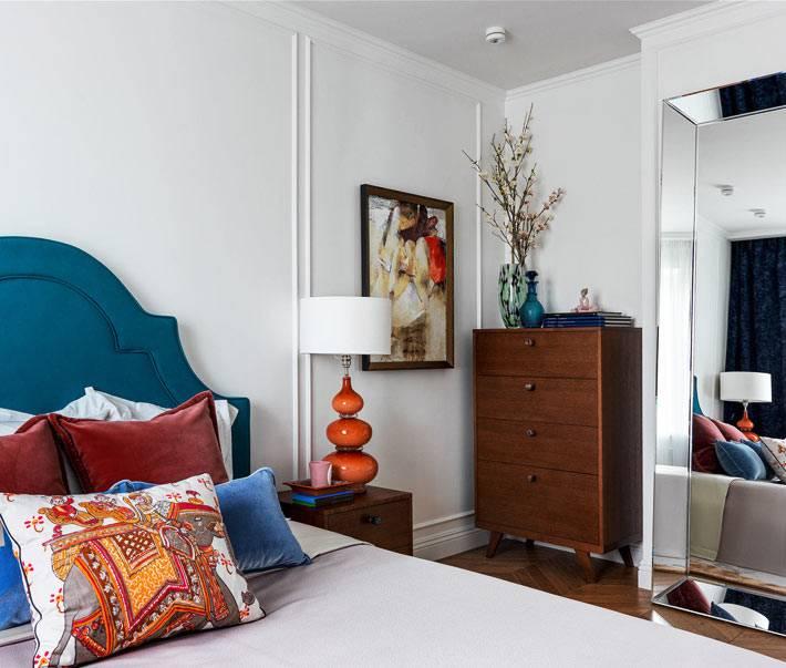 большое напольное зеркало в спальне напротив кровати