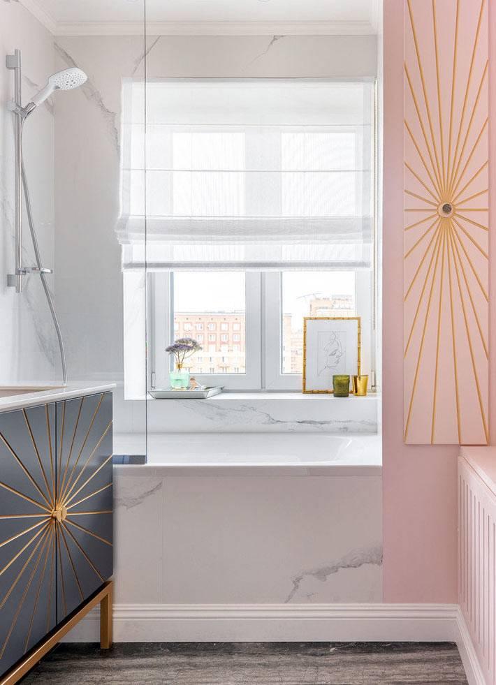 окно с римской шторой над мраморной ванной
