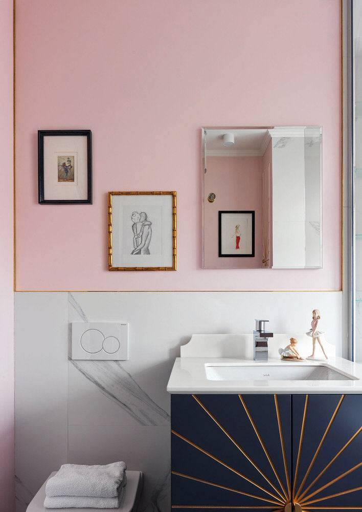 нежно-розовый цвет и мрамор на стенах ванной комнаты