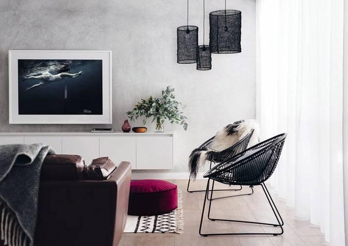 яркий малиновый напольный пуф в черно-белом интерьере гостиной