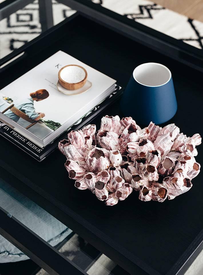черный кофейный столик с украшением из ракушняка фото