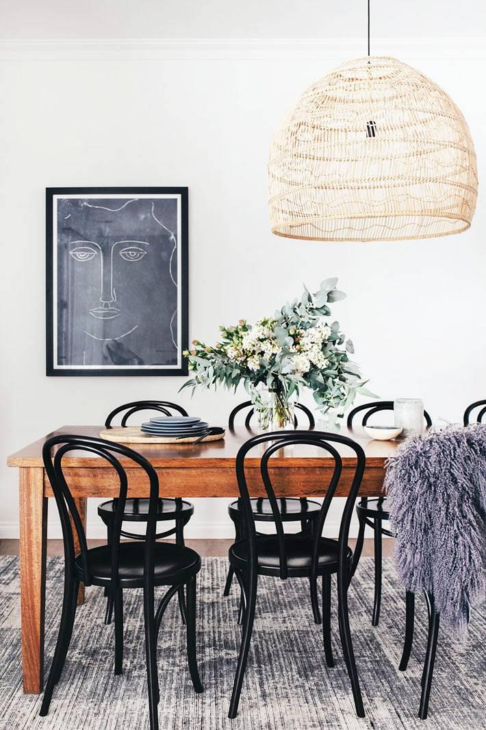 люстра с плетёным абажуром украшение столовой комнаты в доме
