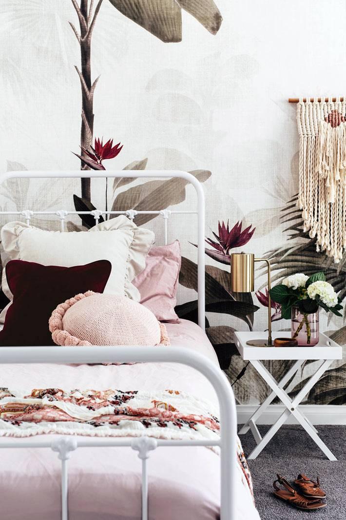 романтичная спальня с железной белой кроватью и макраме на стене