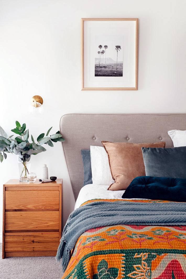 яркий текстиль на кровати - радостное настроение в спальне
